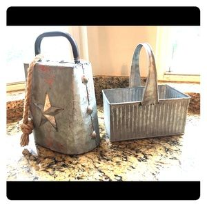 🧑🏻🌾NWOT Farmhouse Decor Metal Cow Bell & Crate